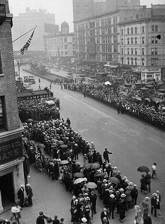 Na pohřeb se dostavily davy lidí....