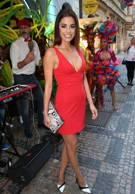 Tereza oblékla velmi sexy červené šaty.