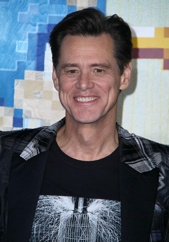 Jim Carrey běhal se smetákem po továrně.