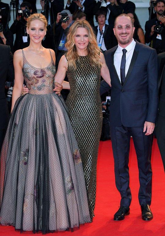 Na červeném koberci se Jennifer a Darren k sobě neměli. Největší obdiv sklidila Michelle.