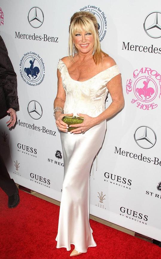 Suzanne Somers se předvedla v bílých šatech.