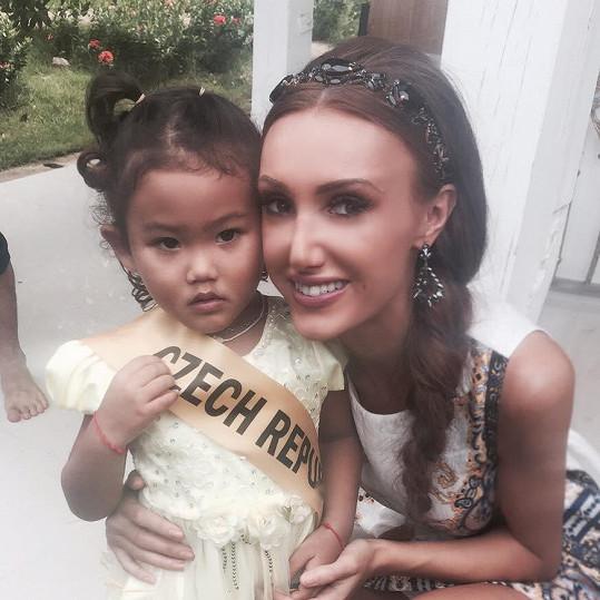 Taťána Makarenko s místní holčičkou