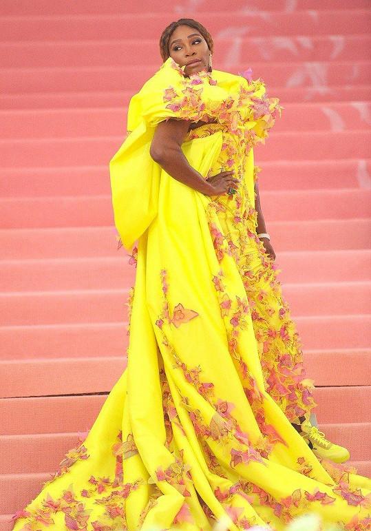 Serena Williams, která byla společně s Lady Gaga, Harry Stylesem a Annou Wintour, hostitelem večera, dorazila na akci v neonově žluté róbě od Versace.