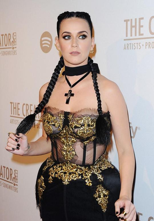 Katy Perry byla na večírku v Los Angeles nepřehlédnutelná.