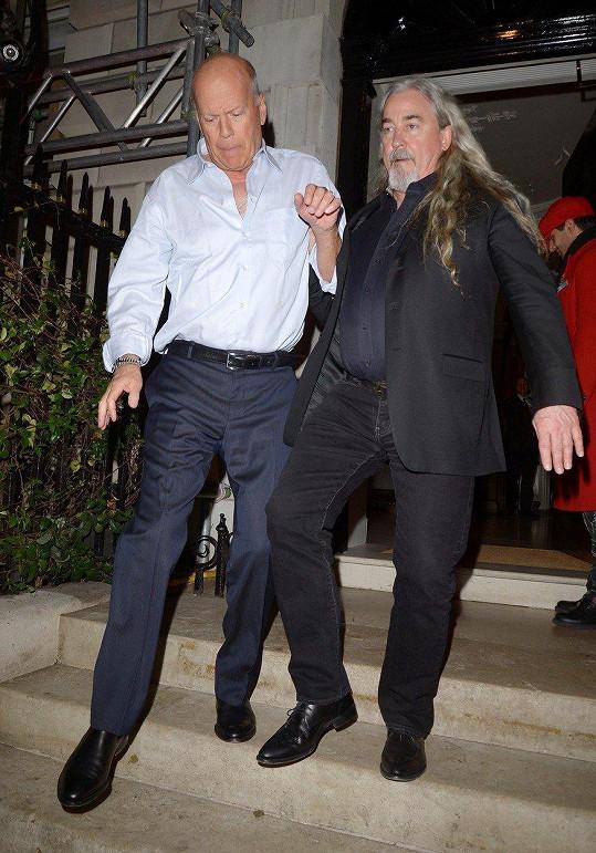 Bruce Willise museli z klubu vyprovázet vyhazovači.