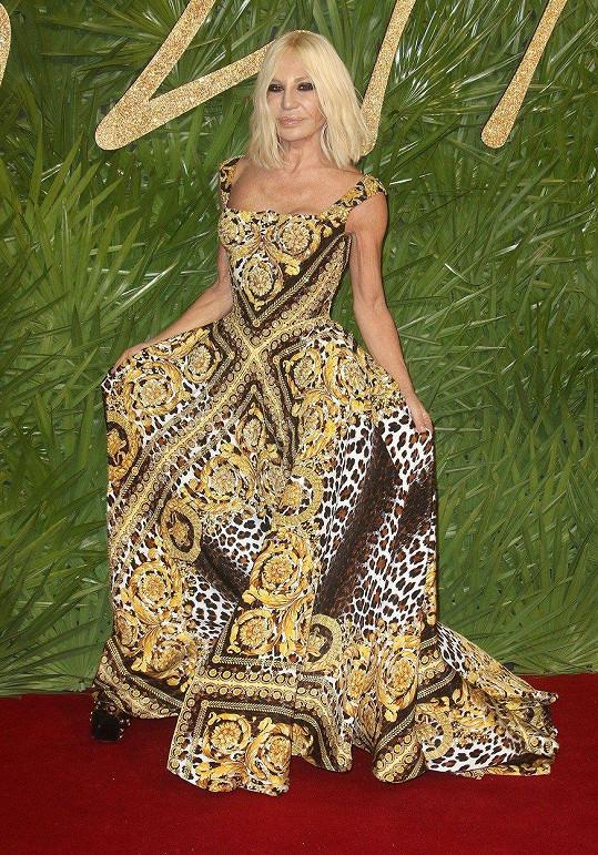 Donatella Versace v modelu své vlastní značky. (prosinec 2017)