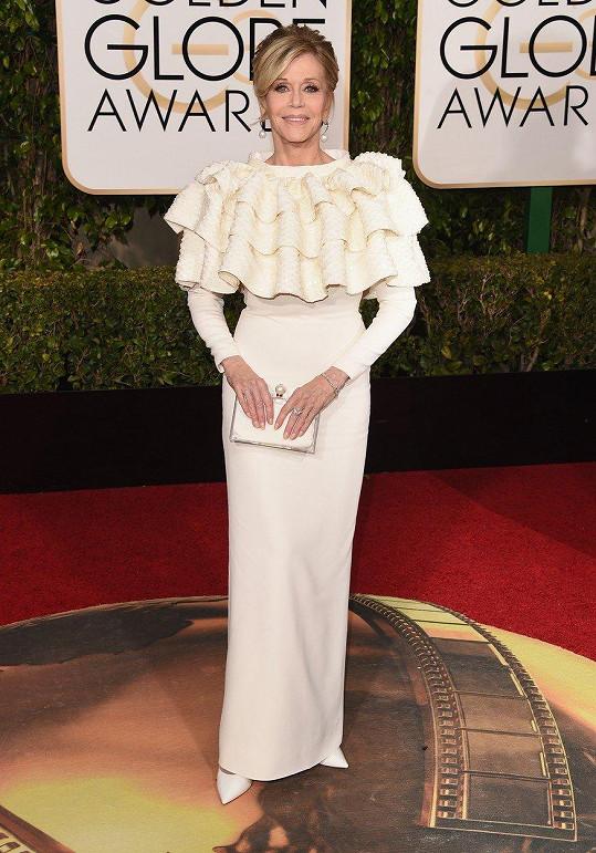 Jane Fonda v šatech, jimiž maskovala obvazy po prodělané mastektomii.