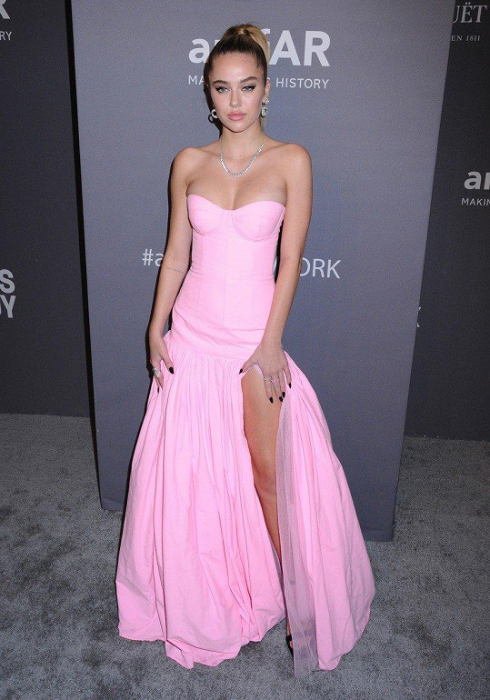 V růžových šatech vypadala kouzelně.