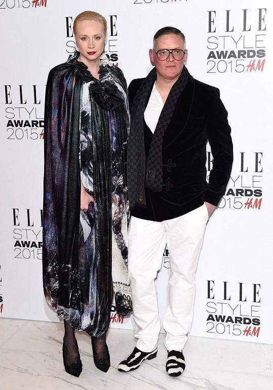 Herečka Gwendoline Christie, známá také jako Brienne ze Hry o trůny, měří neuvěřitelných 191 cm. Ne že by její partner, módní návrhář Giles Deacon byl se 185 cm nějaký drobek, ale vedle Gwen holt nemá šanci.