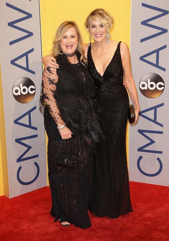 Sharon Stone se sestrou Kelly, která leží v nemocnici s koronavirem.