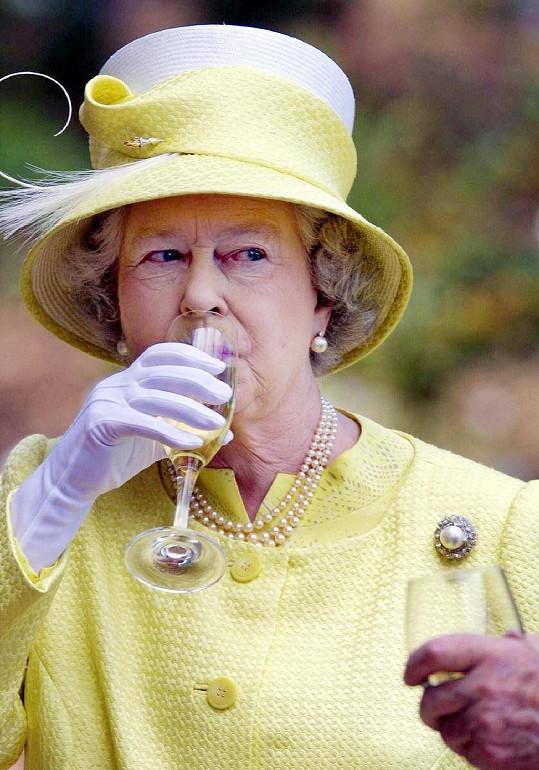 I královna si ráda dopřeje skleničku.