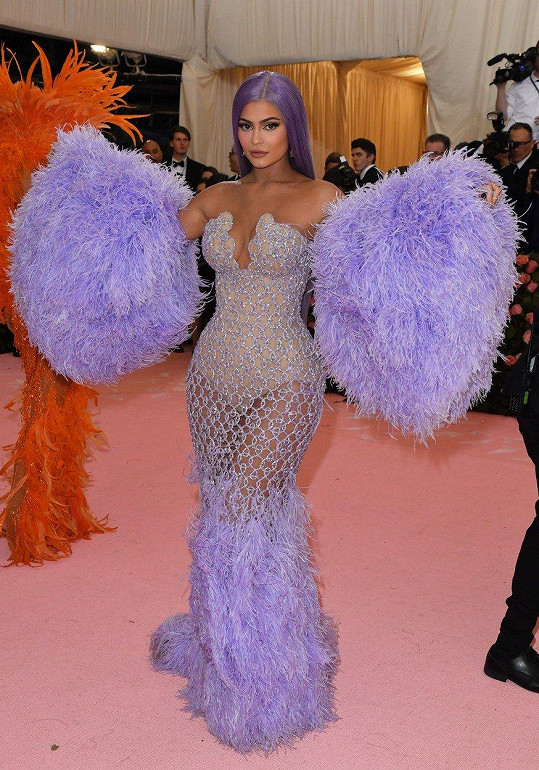 Kylie Jenner sladila své vlasy s modelem od Versace, který svým rafinovaným pojetím snad už více nemohl podpořit ženské přednosti nositelky.