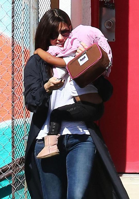 Sandra Bullock dceru chrání před fotografy.