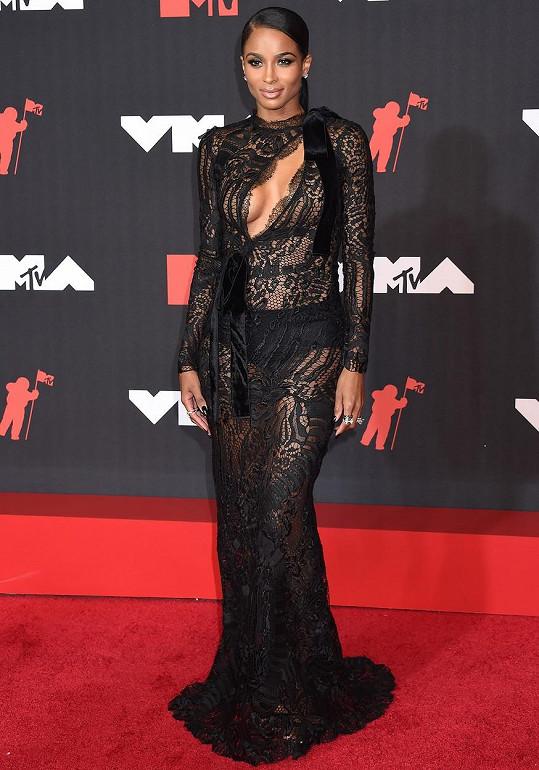 Ciara vypadala oproti jiným v průhledném krajkovém modelu sofistikovaně.