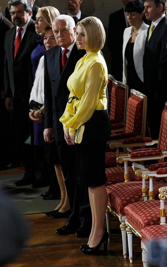 V nadýchané žluté blůzce protnuté subtilním páskem, pouzdrové sukni a černých lodičkách vypadala Kate parádně. Tohoto stylu by se měla držet při oficiálních příležitostech.