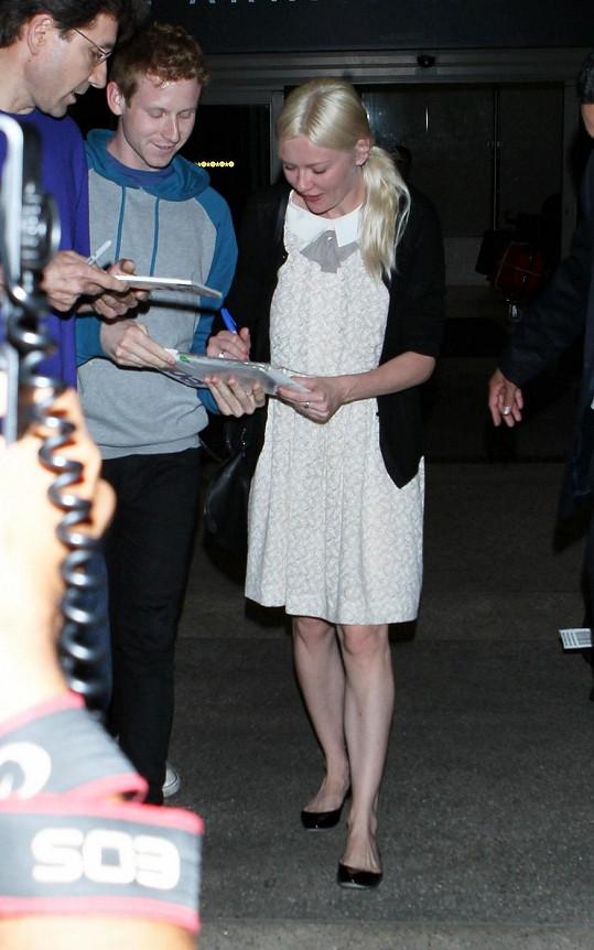 Herečka byla paparazzi prozrazena a následně se musela podepisovat několika fanouškům.
