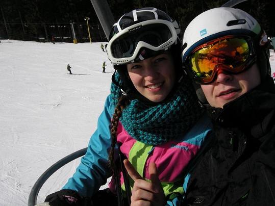 Andrea miluje zimní sporty. Pojištění nohou se jí tedy bude hodit.