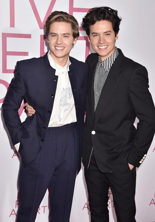 Cole se svým bratrem Dylanem, který je také herec.