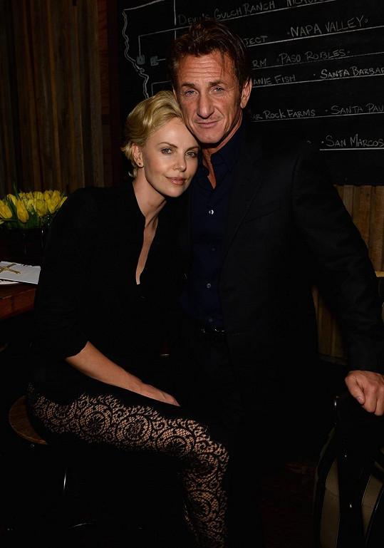 Charlize Theron prožívá lásku se Seanem Pennem.