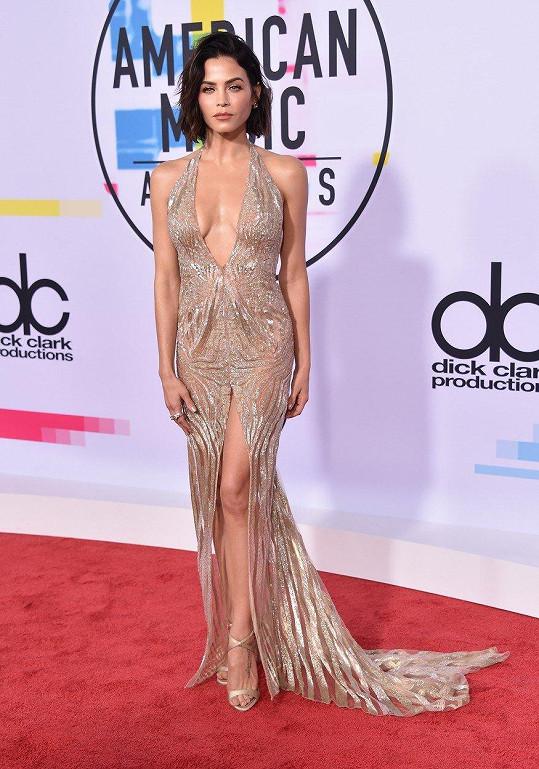 Jenna Dewan Tatum na červeném koberci před vyhlašováním American Music Awards