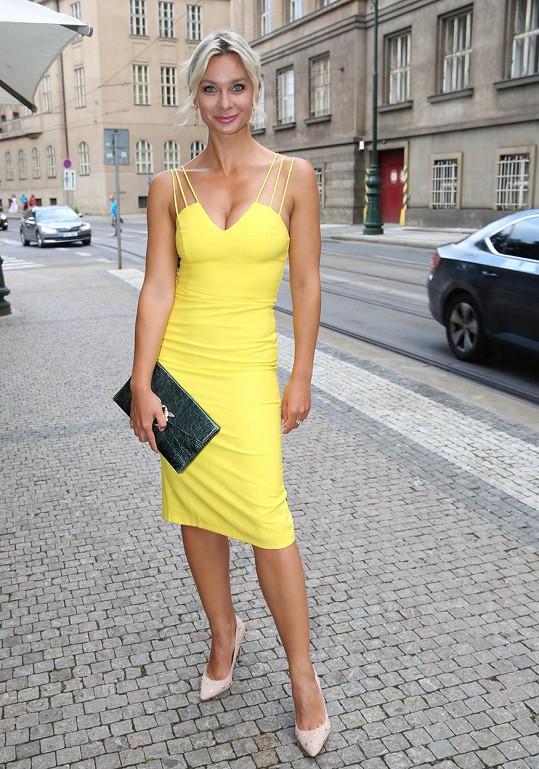 Barbora Mottlová zářila na párty ve žlutých šatech.
