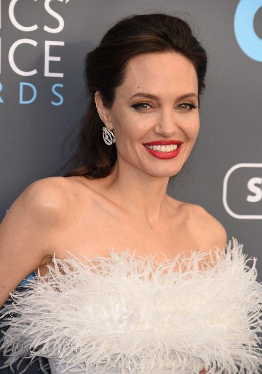Ze špatného dechu Angeliny Jolie si dělal legraci i Brad Pitt.
