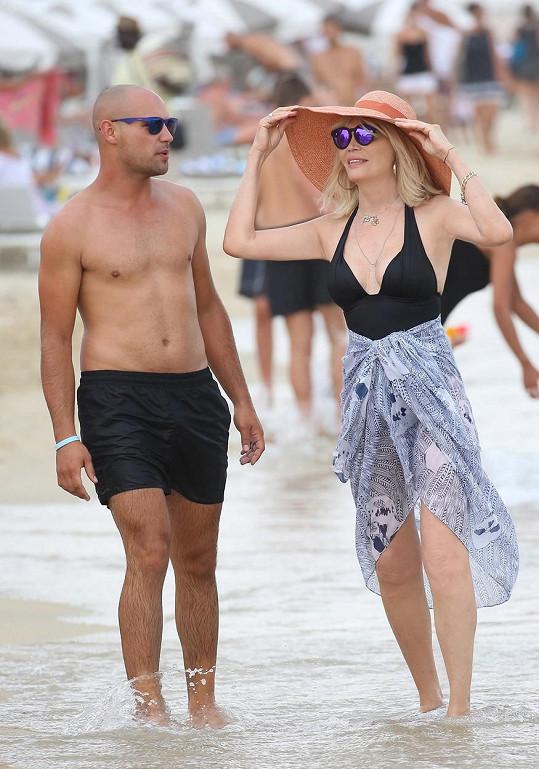 Amanda Lear vyrazila na pláž v Saint-Tropez.