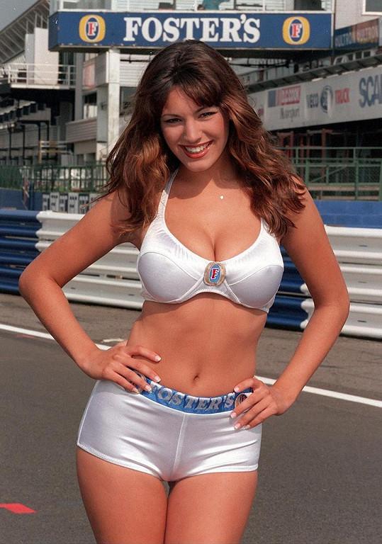 Kelly v roce 1998 jako hosteska pro britskou Formuli 1.