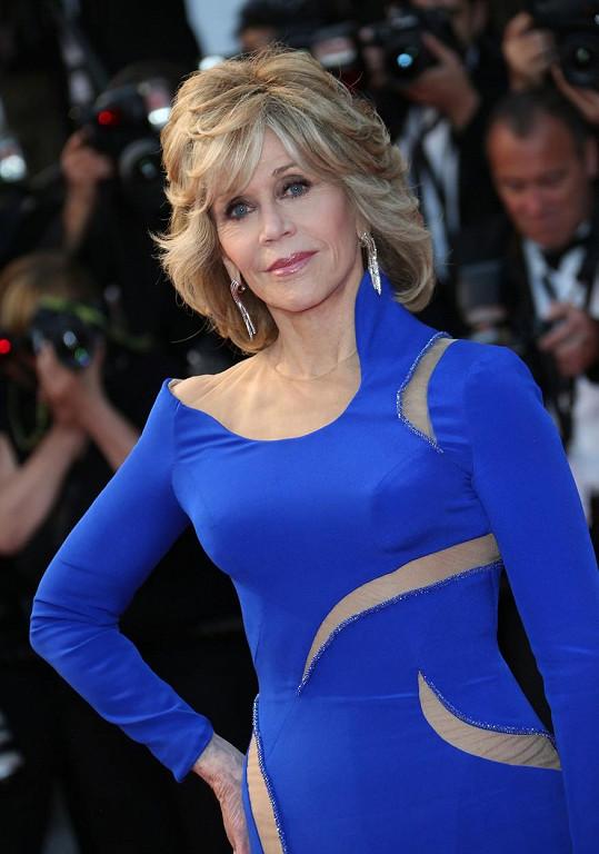 Jane Fonda oblékla šaty, které by mohla nosit i dvacítka.