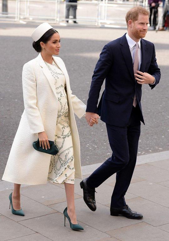 Vévoda a vévodkyně ze Sussexu Harry a Meghan. Jako vždy ruku v ruce.