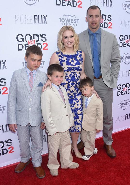 Melissa Joan Hart s manželem Markem Wilkersonem a syny Masonem, Braydonem a Tuckerem na představení filmu God´s Not Dead 2