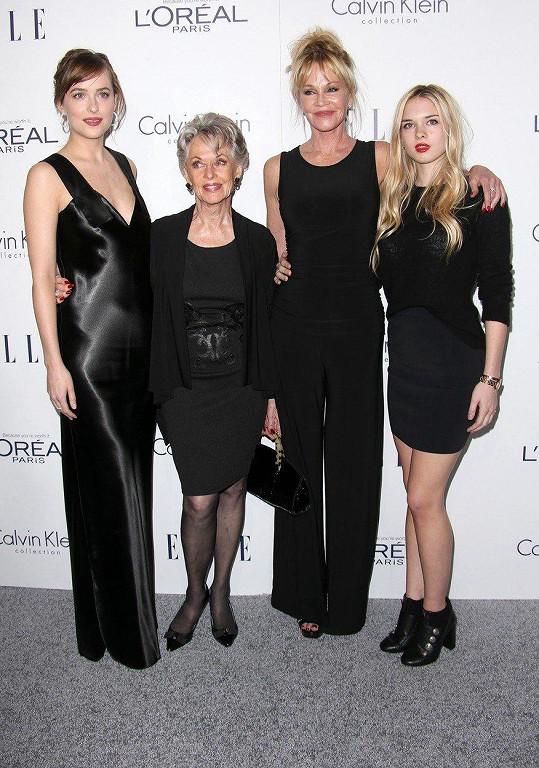 Tippi Hedren s dcerou a vnučkami - Dakotou Johnson (vlevo), Melanií Griffith (druhá zprava) a Stellou Banderas (vpravo)