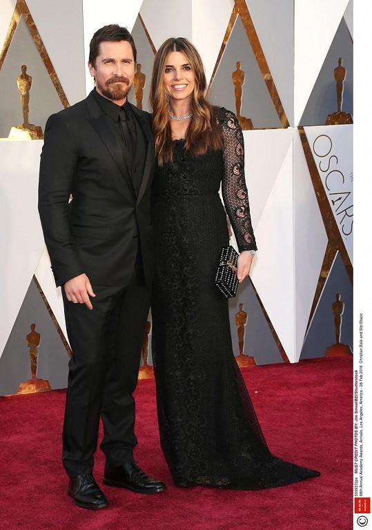 Na oscarovém ceremoniálu Christian Bale zazářil s manželkou.