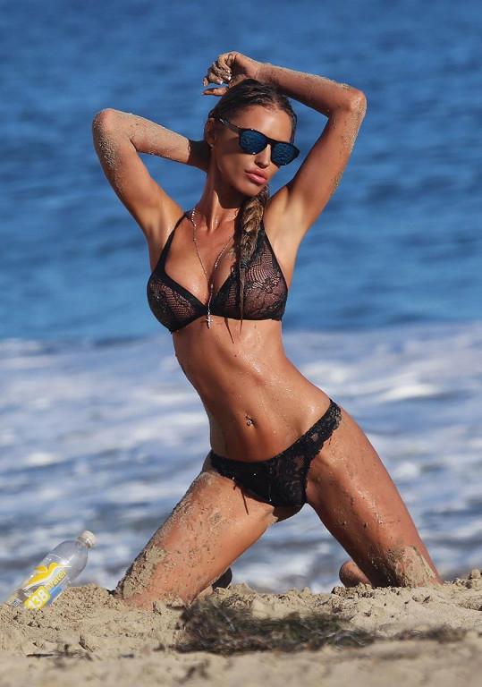 Charlie Riina pózuje na pláži v Malibu.