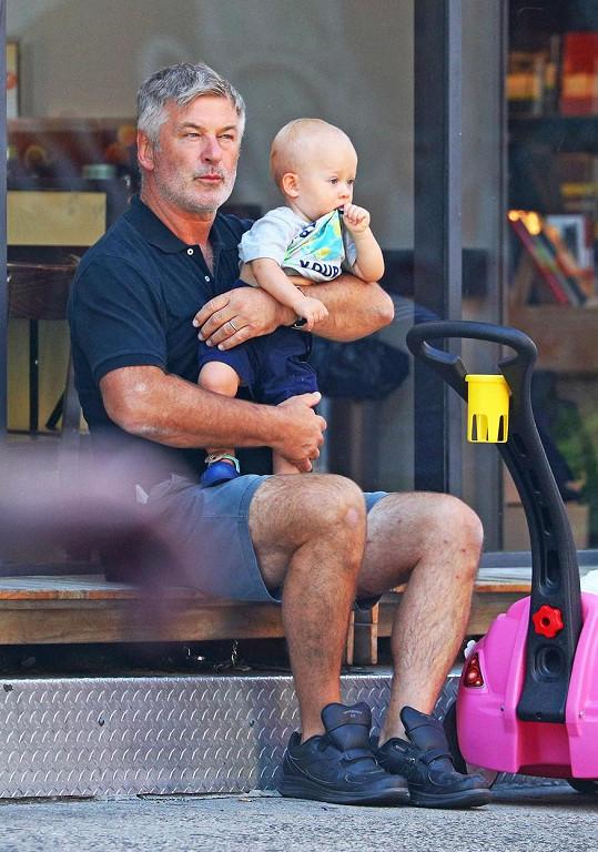 Alec Baldwin má kromě dospělé dcery tři malé děti.