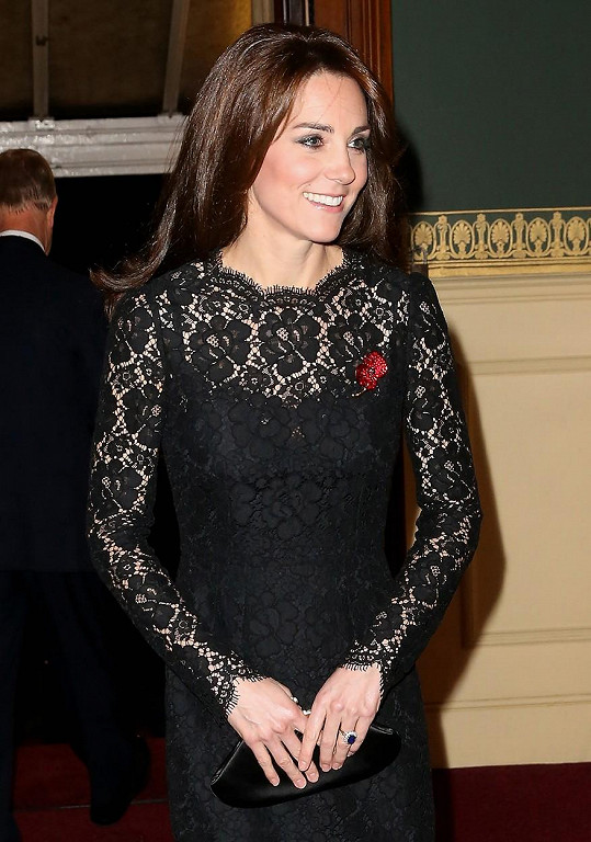 Kate je atraktivní i v konzervativních šatech.