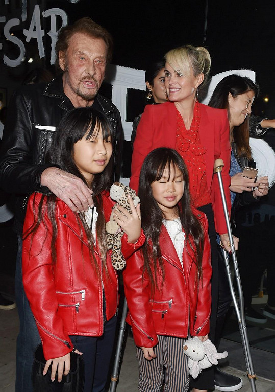 Zpěvák s manželkou Laeticiou a jejich dcerami Jade a Joy na snímku z února