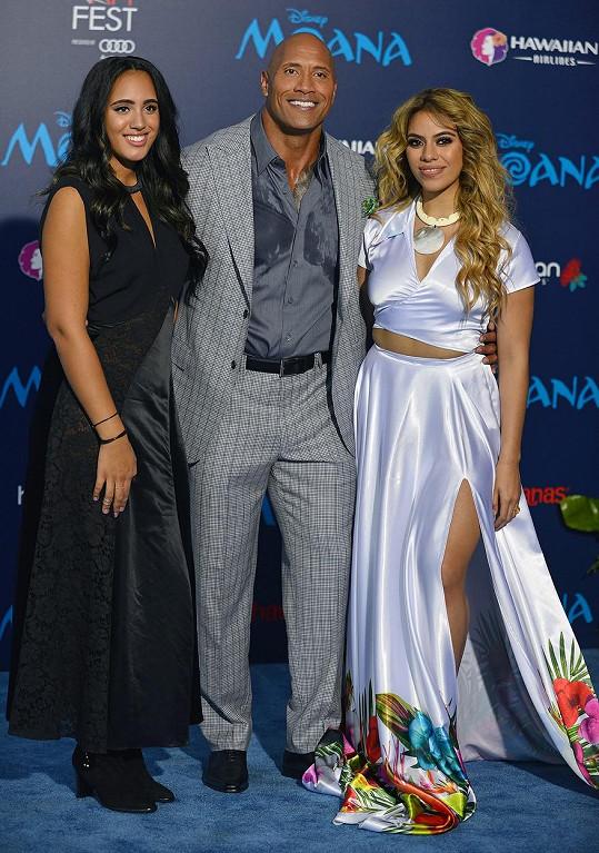 Dwayne Johnson s dcerou (vlevo) a zpěvačkou Dinah Jane Hansen