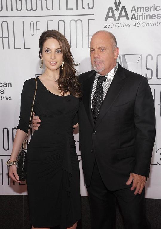 Jejím otcem je zpěvák Billy Joel.