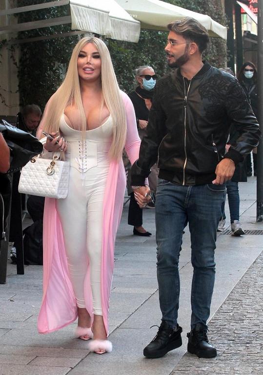 Jessica Alves vyrazila do ulic Milána s kamarádem Giacomem Urtisem.