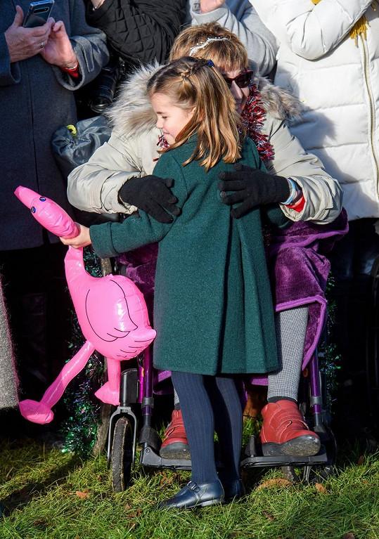 Princezna dostala dárky a opětovala naznačené objetí od ženy na invalidním vozíku.