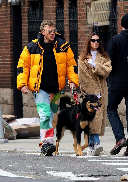 Izoluje se s manželem a jejich psíkem.