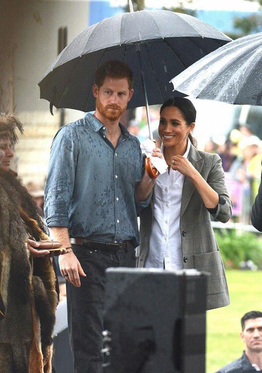 Harryho a Meghan zaskočil déšť.