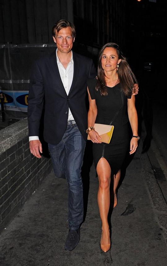 Pippa Middleton s přítelem míří do nově otevřeného baru v Londýně.