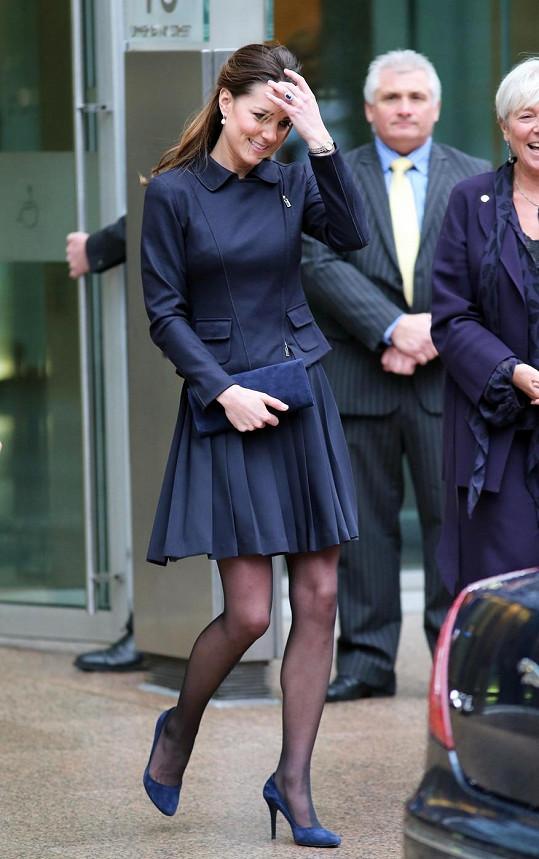 Princezna Catherine v tmavě modré od hlavy až k patě