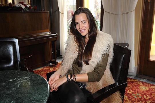 Kateřina Sokolová v umělé kožešině.