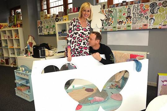 Michal Dvořák s těhotnou manželkou vybírali postýlku.