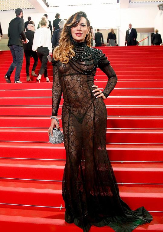Herečka Stella Rocha kráčela po červeném koberci v nevkusných šatech.