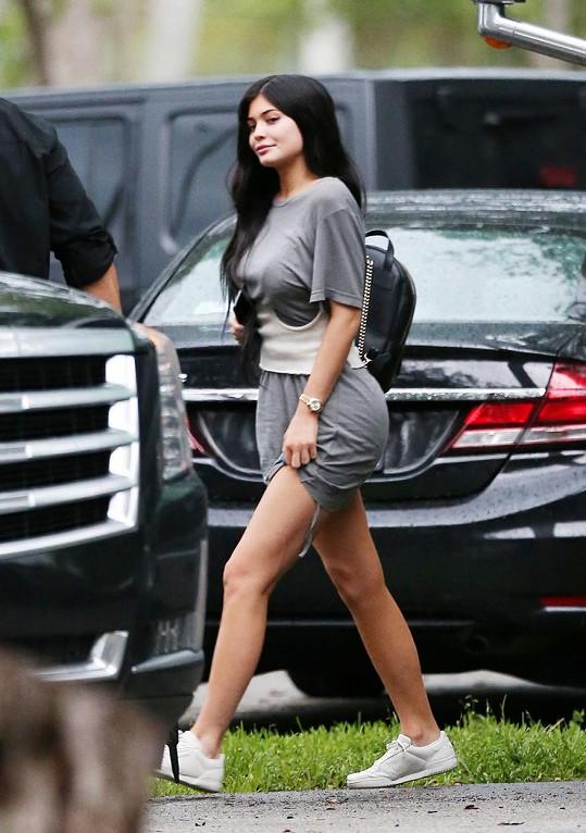 Podnikavá sestra modelky, Kylie Jenner (19), založila vlastní kosmetickou firmu a velmi prosperuje. Jen na Instagramu ji sleduje bezmála 95 milónů fanoušků.