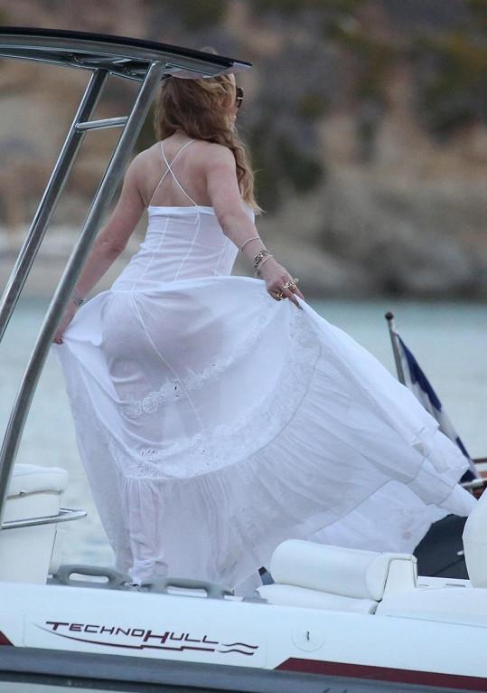 Zpěvačka byla nadšená ze šířky sukně, se kterou si často pohrávala.